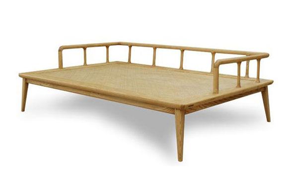 在家居用品的选择上,70后的厚重稳固,80后的简约时尚。于是,北欧的宜家、日本的无印良品等品牌成了大家的选择,但是国内也已经出现了很多如梵几,木智工坊,规矩设计这样的年轻的设计品牌,小编今日精选以上各家品牌的木艺床具,一起来比比看看吧! 产品推荐:梵几罗汉床  品牌名称:梵几 罗汉床 Chinese style bed 品牌型号:B-0912-01 产品数据:W140 L210 H45 产品特色:全手工原木打造 交貨期:4~6周  产品推荐:如果你热爱原木的手工家具,时常逛逛IKEA,MUJI的话,也许你
